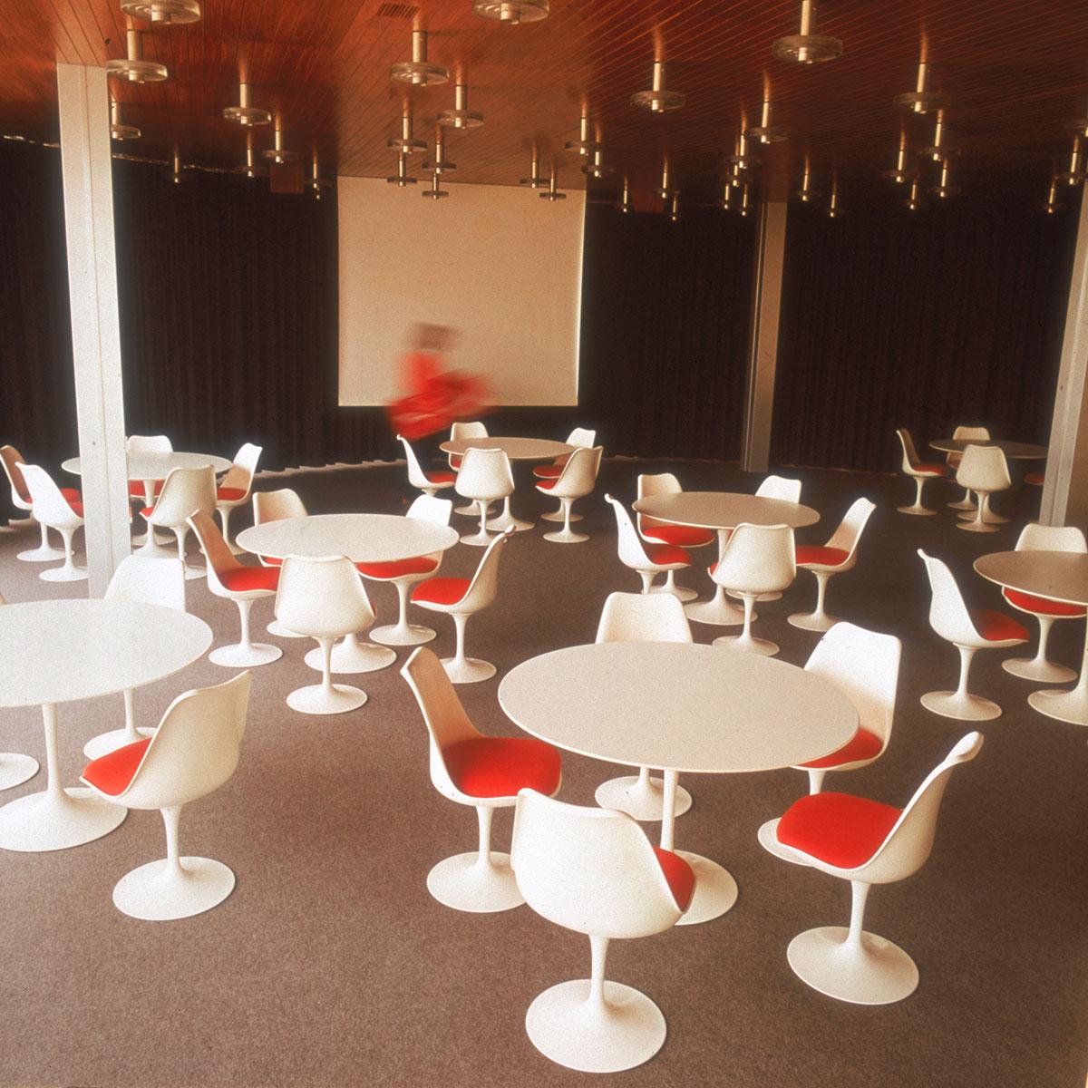 Knoll saarinen table door eero saarinen design oostende - Knoll stoelen ...